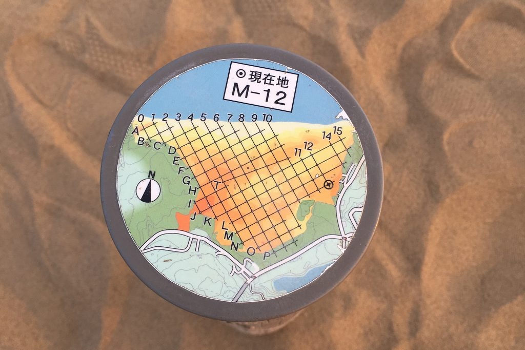 砂丘内に点在する座標杭に近付くと、何かが起きる?