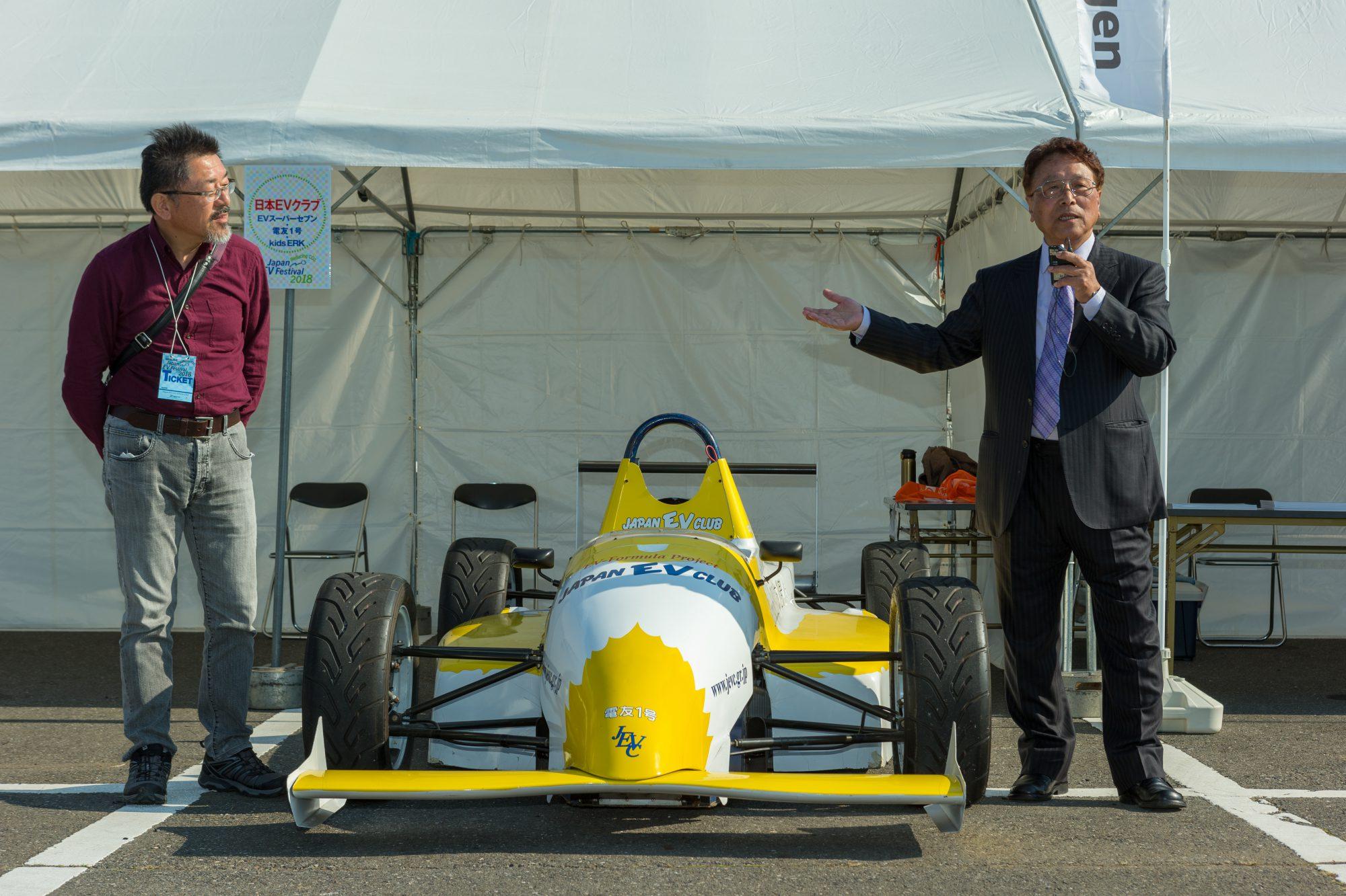 EXPO・電友1号を挟み、舘内代表と設計者の田中耕太郎氏